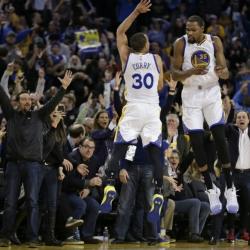 Curry flurry: MVP's huge third quarter propels Warriors