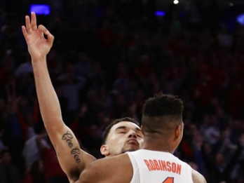 March Madness: Florida edges Wisconsin via buzzer-beater