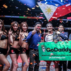 Eduard Folayang got a backstage visit from Manny Pacquiao