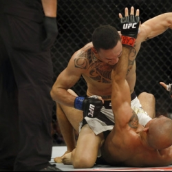 Holloway stops Aldo in 3rd, wins featherweight belt
