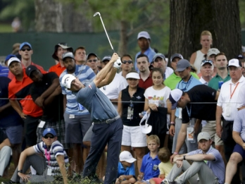 Kisner survives wild finish to take PGA lead