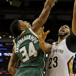 Bucks say Giannis reported knee pain in Greece training
