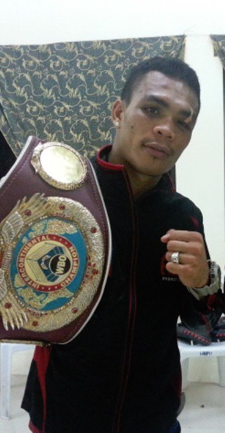 Undefeated Pinoy boxer Servania challenges for world title