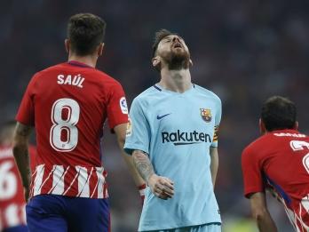 Suarez scores late as Barcelona draws Atletico Madrid 1-1