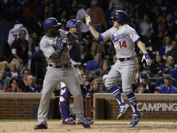 Hernandez hits 3 HRs, Dodgers top Cubs to reach World Series