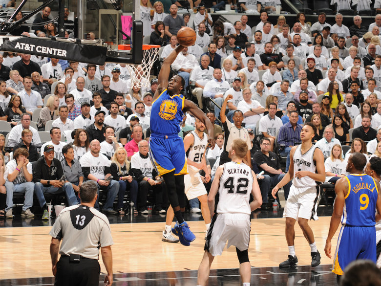 Warriors use second-half run to pull away from Spurs