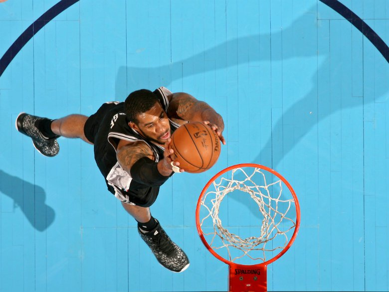 Aldridge has 32 points, Popovich gets milestone in Spurs win