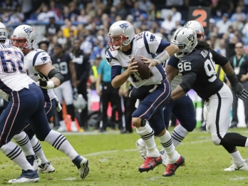 Brady, Patriots dominate Raiders 33-8 in Mexico City