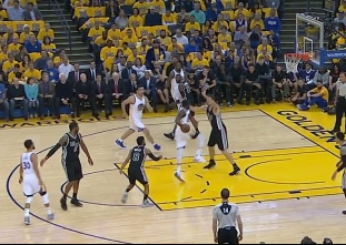 Draymond Green with the behind-the-back pass vs the Spurs