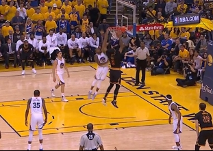 Andre Iguodala rejects Channing Frye from behind