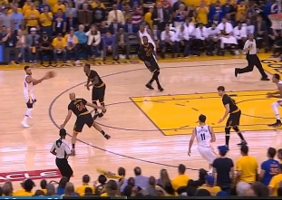 Stephen Curry with the laser pass to Shaun Livingston