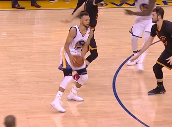 Stephen Curry finds Andre Iguodala for the slam